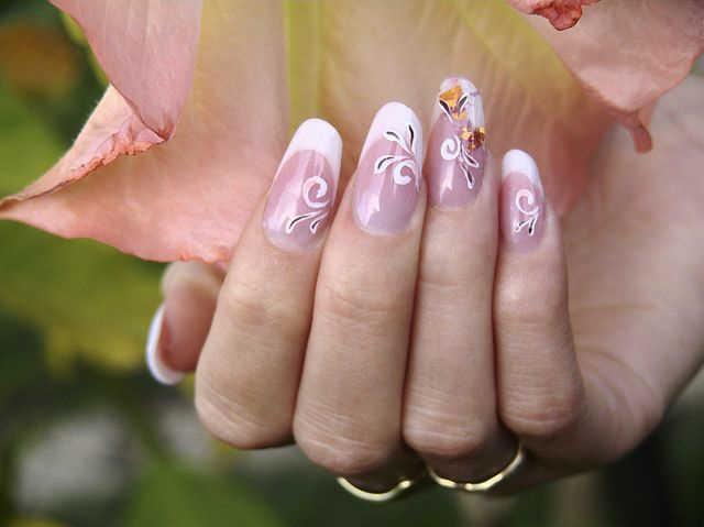 Αποκτήσετε όμορφα μακριά, τεχνητά νύχια σε μάκρος και σχήμα, μαζί με βαφή με μόνιμο χρώμα σε πολλά σχέδια και χρώματα. εικόνα