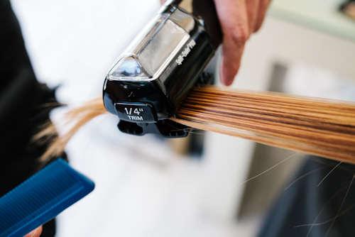 25€ για έναν καθαρισμό ψαλίδας μαλλιών με ειδικό μηχάνημα που καθαρίζει την ψαλίδα χωρίς να μειώνει το μήκος τους, κούρεμα των άκρων, λούσιμο με ειδικά προϊόντα για την ψαλίδα, μάσκα κερατίνης και φορμάρισμα στον Νέο Κόσμο, κοντά στο μετρό. Έκπτωση 50%.
